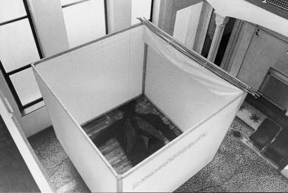 Earth (Our cubehouse still rocks)  1976  Stück für Ausstellungsbesucher   Objekt 300 x 300 x 300cm   Galerie L 24 Graz   Aufschrift: James Joyce  Finnegans Wake  Seite 5, Zeile 14-18