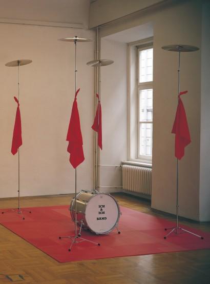 """Kundgebung an der Erscheinungsgrenze 1982  Becken, Seide, Trommel, Spanplatte kaschiert 300 x 300 x 300 cm  Ausstellung """"Analyse 82"""" Stadtmuseum Graz"""