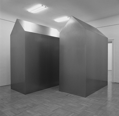 Anordnung 1989 Skulptur  Stahlblech 2 Körper je 375 x 150 x 300 cm  Ausstellung  Vom Kriege Grazer Kunstverein Stadtmuseum Graz