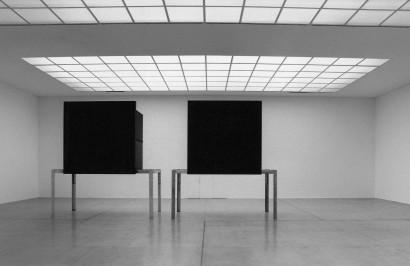 Zwei Bühnen 1992 Skulptur  Aluminium 414 x 810 x 196 cm  Ausstellung Gemischtes Doppel E.A. Generali Foundation Wiener Secession