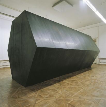 Mal  1994  Skulptur   Stahl, Gummi  3-teilig,  2 Körper,  je 332 x 357 x 738 cm  1 Körper 378 x 270 x 30 cm   < Maßverhältnisse > Lagebeziehungen der Körper,  Axonometrie   Ausstellung  Neue Galerie Graz