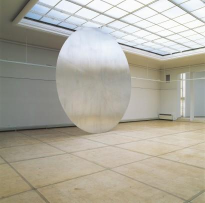 Das Offene ist offengehalten 1992 Skulptur  Werkzeug Scheibe, 10-teilig, Aluminium, Ø 648 cm, t 5,3 cm  Ausstellung Grazer Kunstverein Künstlerhaus Graz